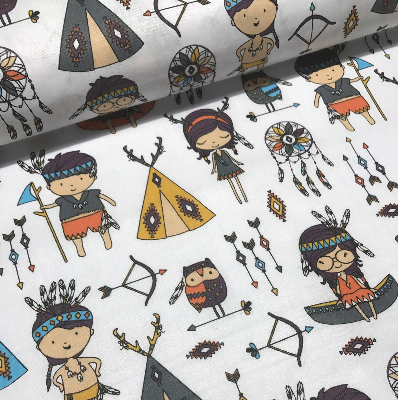 Хлопковая ткань польская с маленькими индейцами на белом №157