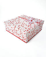 Большая квадратная подарочная коробка ручной работы белого цвета с красными маленькими сердечками