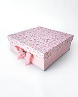 Большая квадратная подарочная коробка ручной работы нежно розового цвета в разных сердечках