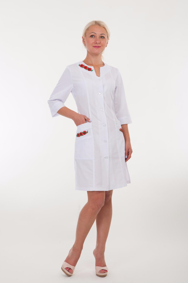 Медицинский халат оформлен вышивкой 2173 ( батист  42-66 р-р )