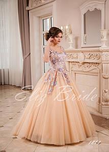 Свадебное платье А-силуэт, цвет капучино, украшено сереневыми апликациями.