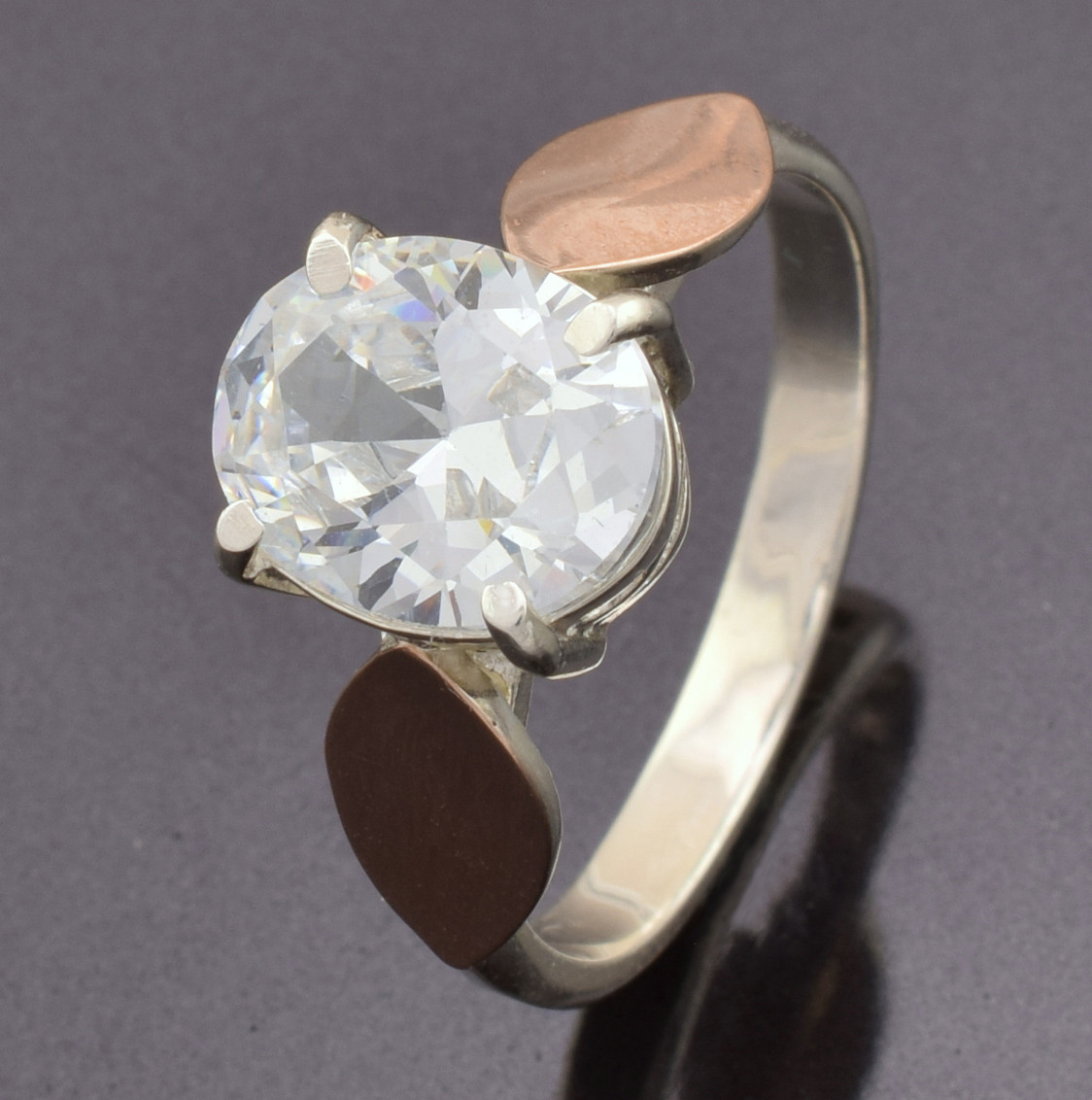 Серебряное кольцо 252-к, вставка белыефианиты, вес 2.65 г, размер 17