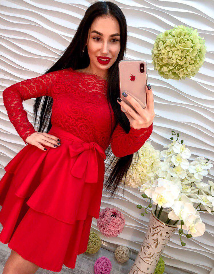 Женское платье красивого красного цвета