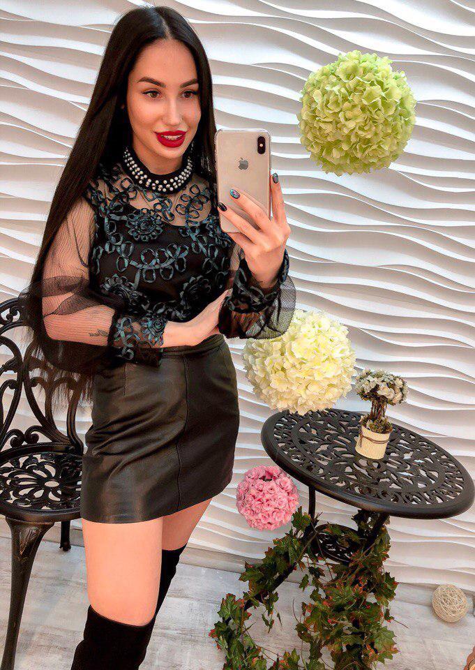 Стильная женская блузка декорирована аппликацией  и жемчужинами
