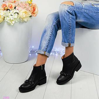 Демисезонные ботинки декорированные камнями, цвет- черный