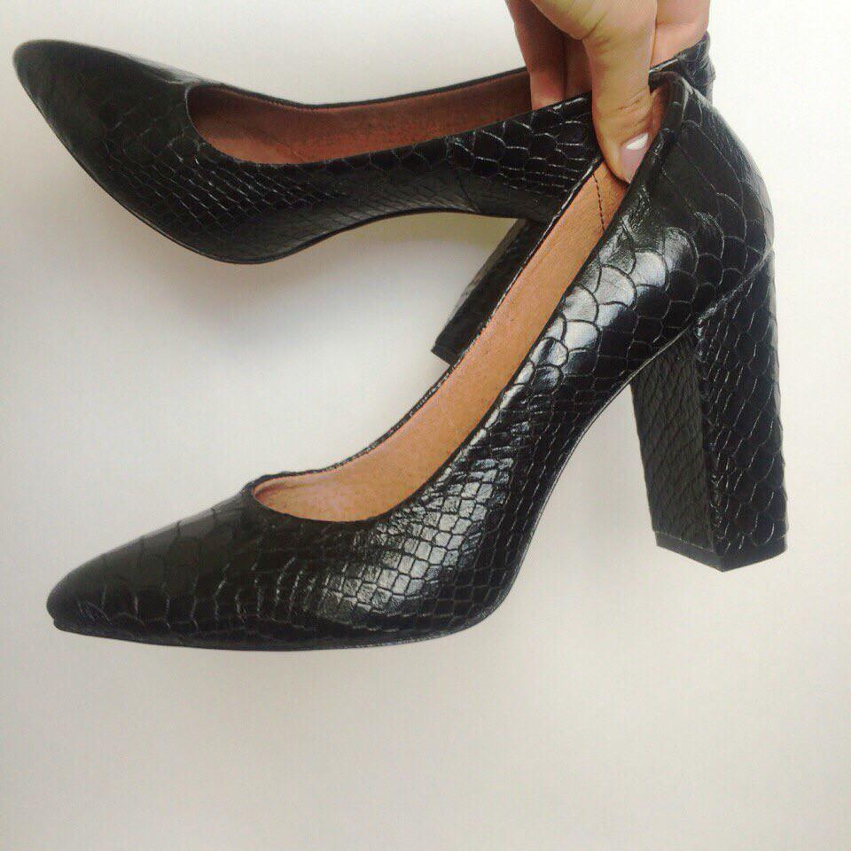 Женские Черные Кожаные Туфли Питон на Толстом Каблуке Италия — в Категории