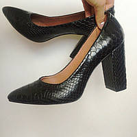 Женские черные кожаные туфли питон на толстом каблуке Италия