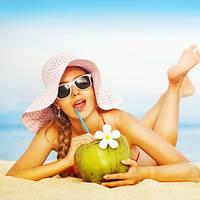 Мода для пляжного отдыха: купальники, солнцезащитные очки, сумки и другие аксессуары.