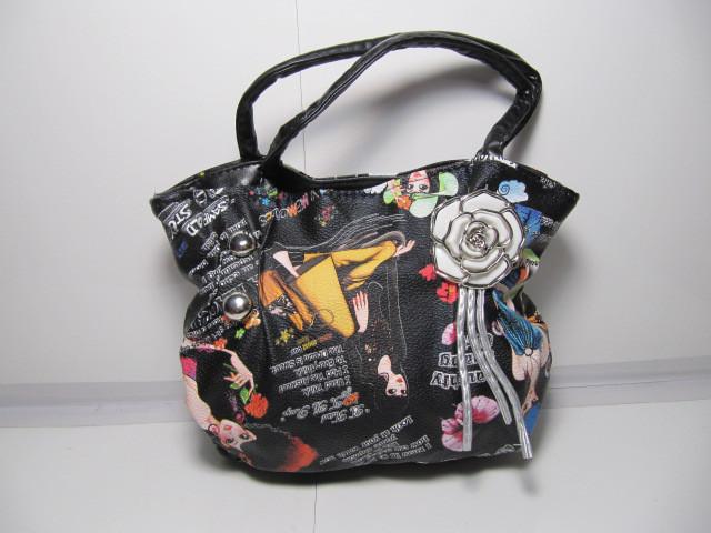 Вместительная черная детская сумка с ярким принтом и брошъю