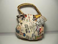 Стильная бежевая детская сумка с ярким принтом и брошъю