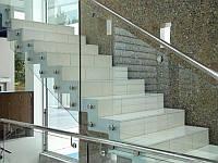 Ограждение из стекла и нержавеющей стали