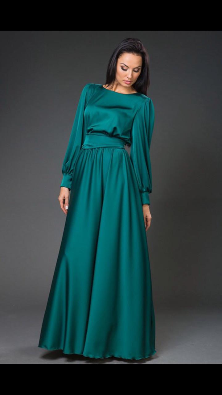 Нарядное атласное платье с рукавами.