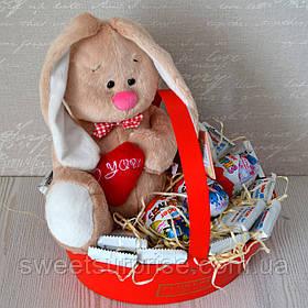Подарункова корзина на 14 лютого з м'якою іграшкою