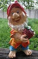 Садовая фигурка Гном с клубникой большой.  72 см