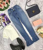 Джинсы с завышенной талией и рюшами - последний тренд в мире моды.  PN180534