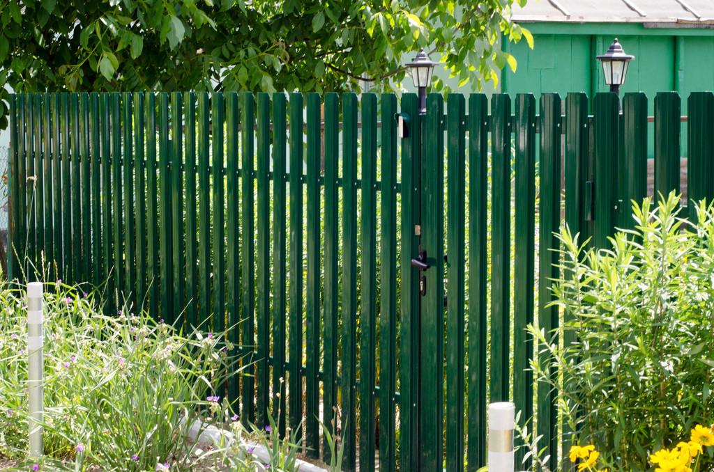 Металлический штакетный забор для дачного участка