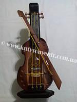 Украинский сувенир: музыкальный инструмент с водкой.