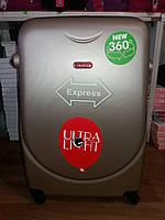 Набор пластиковых чемоданов 3 -ка Gravitt . 4 колеса