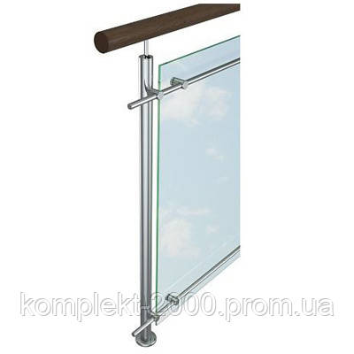 Ограждение с деревянным поручнем и вставками из стекла