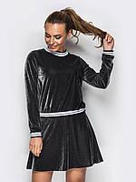Стильный спортивный костюм из велюра с юбкой серого цвета