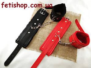 Меховые наручники из кожзаменителя с карабинами для БДСМ игр