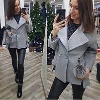Короткое пальто с брелком