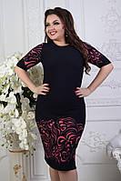 Элегантное приталенное деловое платье с узором по подолу в батальных больших размерах