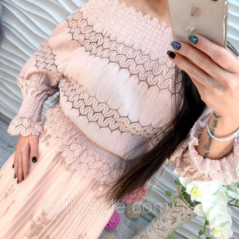 Стильная женская блузка со спущенным плечом ажурная жатка розовая, черная