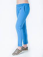 Легкие голубые брюки свободного кроя со стрелками
