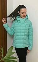 Короткая весенняя женская куртка с брошью  мята
