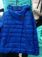 Короткая весенняя женская куртка с брошью  электрик