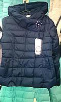 Короткая весенняя женская куртка с брошью  синяя