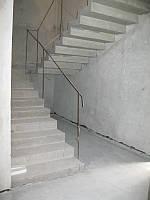 П-образная бетонная лестинца с зеркальным дном