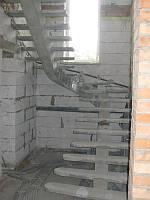 П-образная бетонная лестница на центральном или боковом косоуре