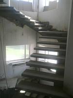 П-образная бетонная лестница консольного типа