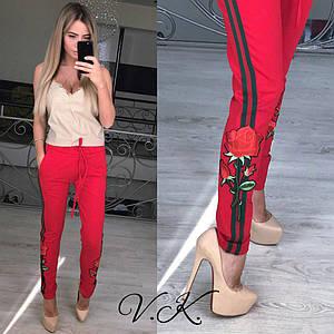 Трикотажные брюки прямого кроя зауженные к низу с лампасами и вышивкой