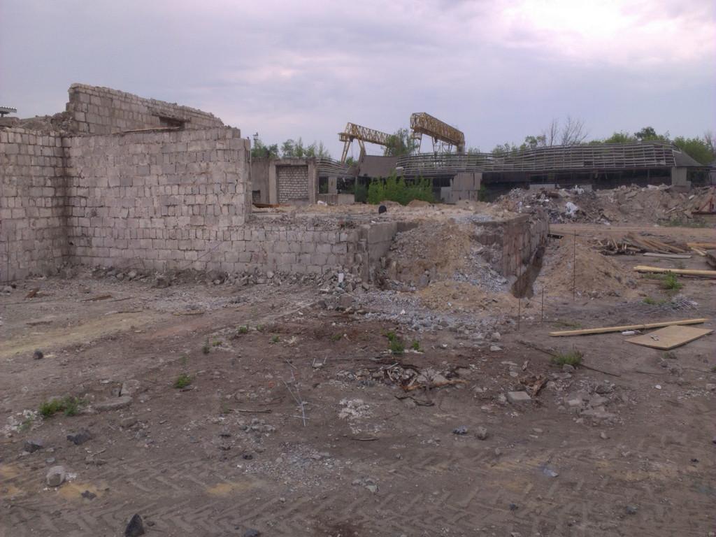 Вид с другой стороны. Внутренняя часть наибольшего из строений имела какие-то полы, сделанные местами из плит, местами из мусора, местами из кривого бетона. Высота цокольной части (которая потом стала общей для всех трёх помещений) 1000-1200 мм.