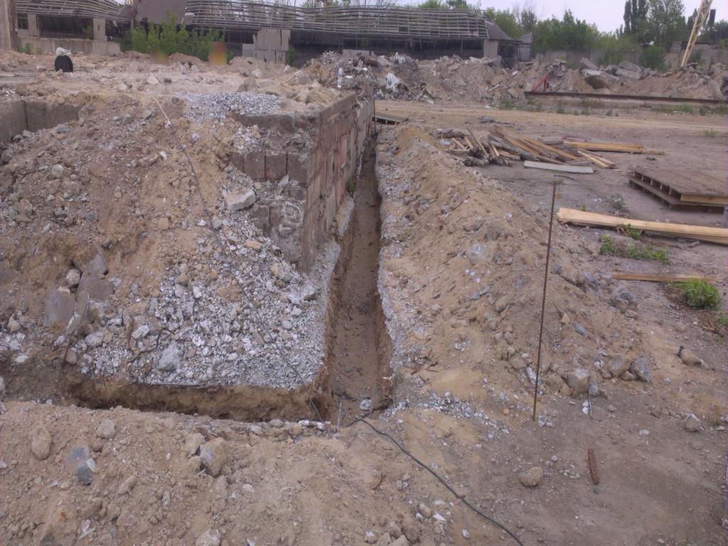 Начало демонтажно-земляных работ. Пробиваться пришлось сквозь слоя бетона, отвального шлака и глины с мусором. Траншея по факту имела разную глубину, ввиду перепада высот по ленте. Ориентировочная ширина в грунте - 400 мм.