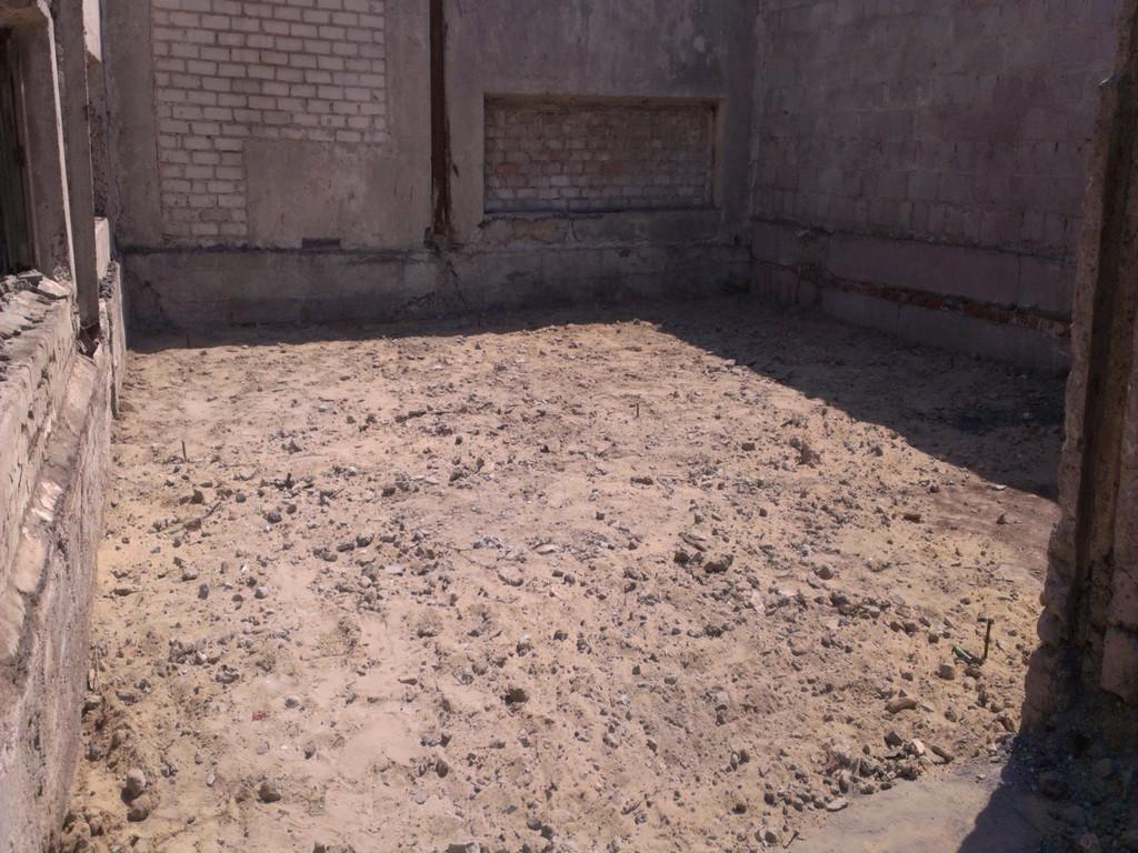 Теперь настало время с помощью техники заказчика насыпать вовнутрь строительный мусор. Благо на этой промышленной базе его с избытком.