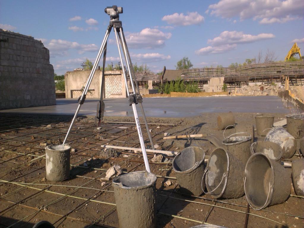 По солнечной погоде без нивелира никуда. Вёдрами бетон подавался в те части площадки, куда не доставали желоба миксера.