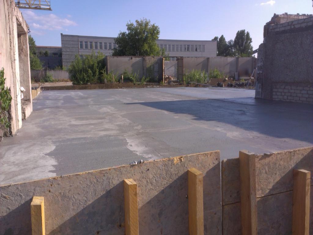 Все бетонные полы залиты (около 330 кв.м.). На следующий день была снята опалубка и выполнена финишная уборка территории (от нашествия Бригады Добрых Строительных Услуг). Конец.