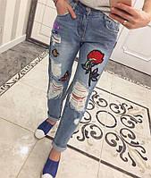 Женские джинсы с потертостями и аппликацией tez331242