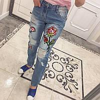 Потертые женские джинсы с аппликацией tez331245