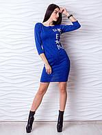 Стильное приталенное платье-мини с надписью, украшенной бусинами