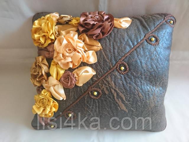 Интерьерная подушка с вышивкой лентами в золотисто-коричневых тонах