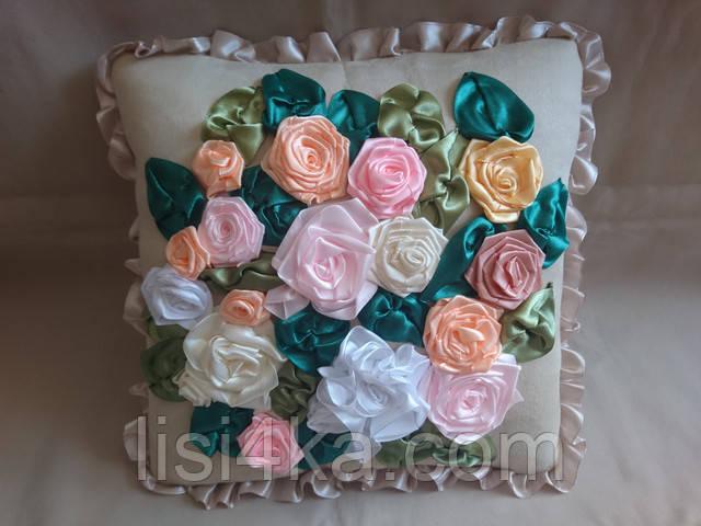 Интерьерная подушка с вышивкой лентами в пастельных тонах