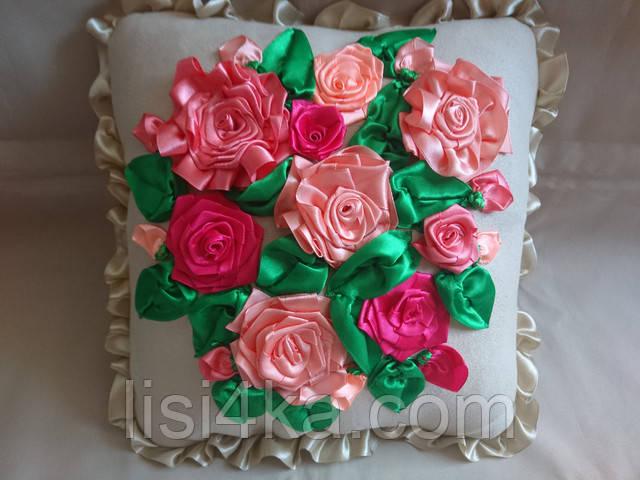Интерьерная подушка с вышивкой лентами с яркими розами