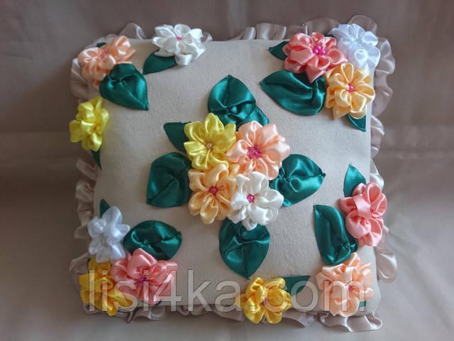 Интерьерная подушка с вышивкой лентами с яркими цветами