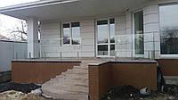 Стеклянное ограждение террасы на стойках высотой 400 мм из нержавейки с соединительными крепежами для стекла