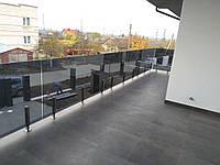 Стеклянное ограждение балкона на стойках из нержавейки, Перила из стекла с креплением к металлическим стойкам